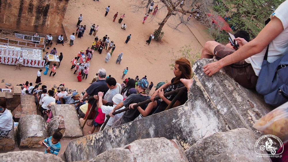 turyści w Bagan