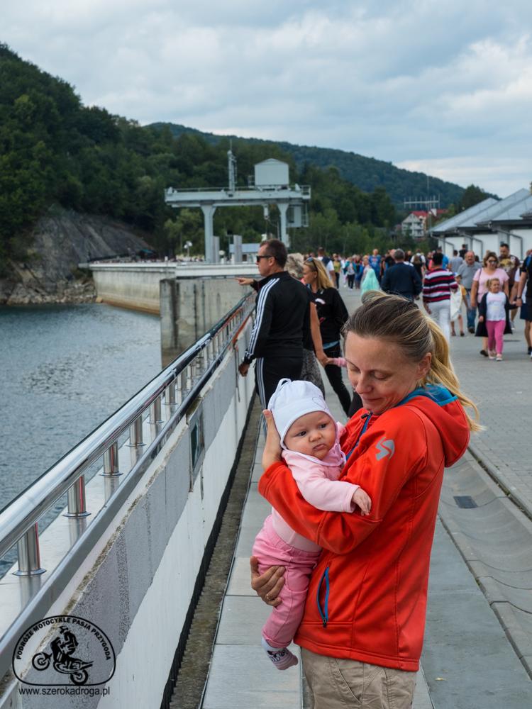 zapora wodna na Solnie, niemowlak w podróży